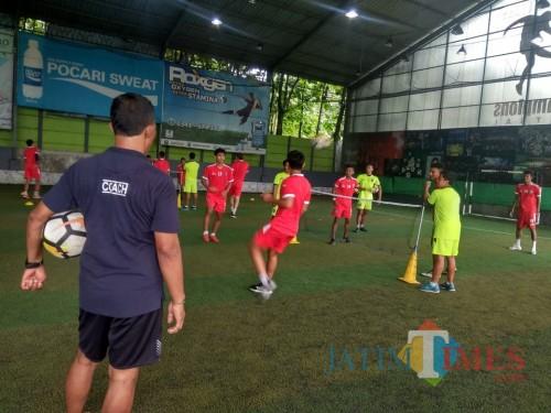 Arema FC ketika menggelar latihan di lapangan futsal (Hendra Saputra)