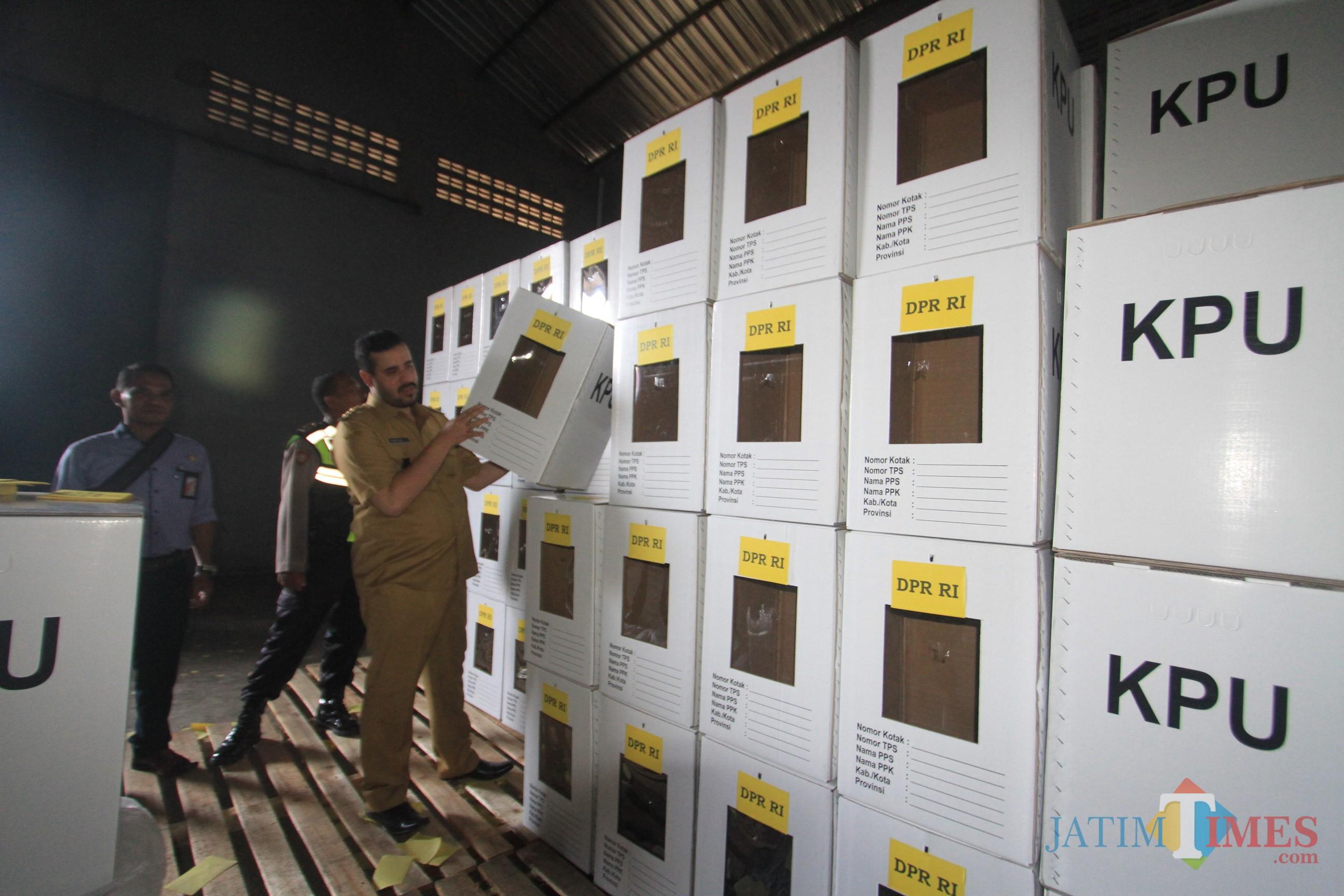 wali kota Hadi Zainal Abidin tinjau logistik pemilu di gudang KPU  (Agus Salam/Jatim TIMES)