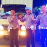 Serah terima pengawalan logistik kotak suara dari Patwal Satlantas Polres Banyuwangi kepada anggota Polsek Kawasan Pelabuhan Tanjungwangi di pelataran ASDP Ketapang, Senin (25/2/19) malam.