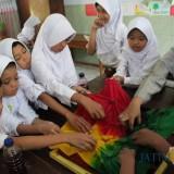 Kiki Ratnaning Arimbi (kanan) saat mengajar dengan metode Batik Jumput Kreator di SDN 1 Banyuarang, Jombang. (Foto : Adi Rosul / JombangTIMES)