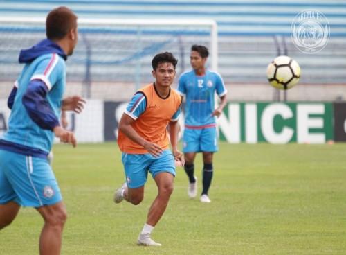 Dalmiansyah Matutu (pakai rompi) saat masih mengenakan jersey Arema FC (official Arema FC)