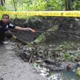 Tim identifikasi Polres Jombang saat melakukan olah TKP di lokasi penemuan mayat di Kali Konto Desa Bongkot, Kecamatan Peterongan, Jombang. (Foto : Adi Rosul / JombangTIMES)