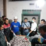 Polisi memeriksa jenazah korban KL.(Foto : Humas Polres Blitar)