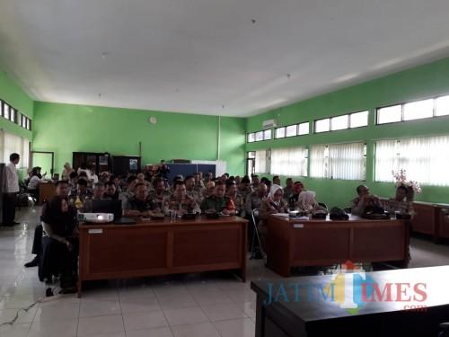Suasana kegiatan sosialisasi Dinsos Kota Malang dengan pihak kepolisian. (Hendra Saputra)