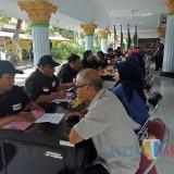 Suasana tes wawancara yang digelar Panwascam Jombang di pendapa Kecamatan Jombang pada Selasa (26/2) pagi. (foto : Adi Rosul / JombangTIMES)