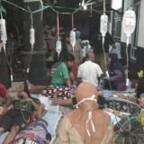 Warga yang keracunan massal saat menjalani perawatan medis (Foto: Heru Hartanto/ SitubondoTIMES)