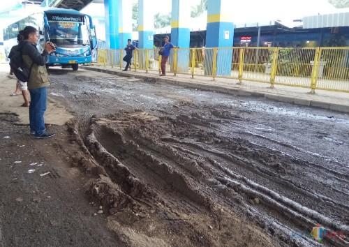 Kondisi jalan di Shelter bus Jusuran Surabaya Terminal Arjosari yang rusak parah (Anggara Sudiongko/MalangTIMES)