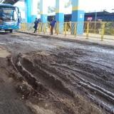 Landasan Shelter Bus Patas Jurusan Surabaya Rusak Parah, Ini Jawaban Pihak Terminal Arjosari