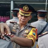 Kapolres Tulungagung, AKBP Tofik Sukendar saat memasang pangkat ke salah satu Kapolsek  (foto:  Joko Pramono/JatimTIMES)