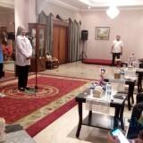 Bupati Jember dr. Hj. Faida MMR saat menanyakan target yang akan di raih kepada Mohammad Idris selaku Kapten Kesebelasan (foto : Moh. Ali Makrus / Jatim TIMES)
