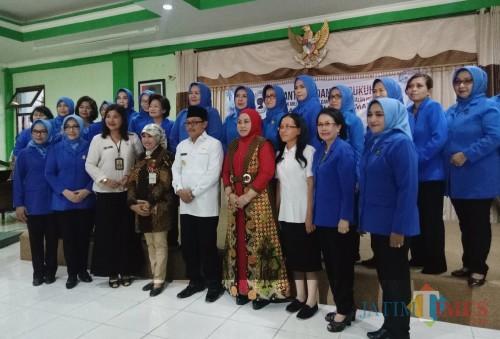 Foto bersama usai pelantikan dan pengukuhan pengurus DPC Tiara Kusuma Kota Malang Periode 2019-2023 (Foto: Imarotul Izzah/MalangTIMES)