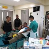 Korban anggota Satpol PP saat mendapatkan perawatan di rumah sakit di Surabaya (Foto : M Bahrul Marzuki/SurabayaTIMES)