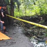 Proses olah TKP yang dilakukan tim identifikasi Polres Jombang di lokasi penemuan mayat di Desa Bongkot, Kecamatan Peterongan, Jombang. (Foto : Adi Rosul / JombangTIMES)