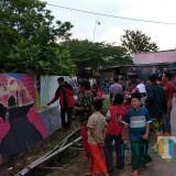 Pemuda Desa Bendoarum saat melakukan mural di lingkungan