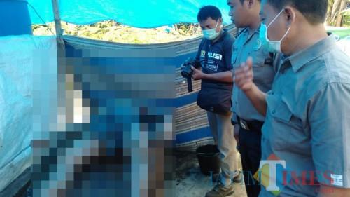 Polisi memeriksa jasad Jiono yang tewas setelah hanyut di sungai (Foto : Aunur Rofiq/BlitarTIMES)
