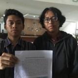 Badan Pekerja MCW Hanif Abdul (kiri) saat menunjukkan data peningkatan anggaran reses anggota DPRD Kota Malang. (Foto: Nurlayla Ratri/MalangTIMES)