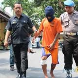 Sosok Hudah, pelaku pembunuhan berencana saat digelandang ke Mapolres Jombang. (Foto : Adi Rosul / JombangTIMES)
