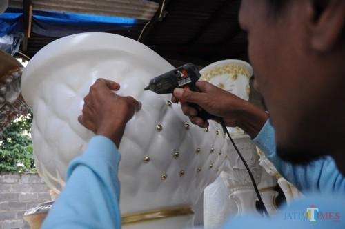 proses pemasangan aksesoris hiasan di fiberglass Nirwana Art