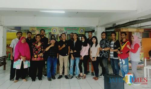 Foto bersama usai diskusi di Terminal Kuliner Dinoyo, Pasar Raya Dinoyo. (Foto: Imarotul Izzah/MalangTIMES)