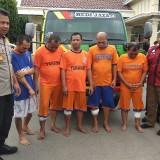 Lima Komplotan Pencuri truk diaapit Kapolres Kediri dan Kasat Reskrim. (eko Arif s /JatimTimes)