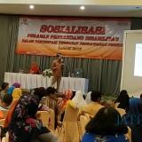 Ketua Bawaslu Kota Kediri Mansyur saat memberikan sosialisasi terhadap kaum difabel. (eko Arif s /JatimTimes)