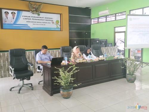 Plt Kadinsos Kota Malang, Penny Indriyani (paling kanan) bersama perwakilan DPRD Kota Malang dan akademisi dari Universitas Brawijaya (Hendra Saputra)
