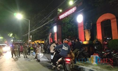 Para pengunjuk rasa melakukan aksi demo di Kantor Pemkab Kediri. (eko Arif s /JatimTimes)