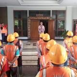 Bupati Jember dr. Hj. Faida MMR saat memberikan arahan kepada tim Jalan Berlubang di Pendopo Pemkab Jember (foto : Moh. Ali Makrus / Jatim TIMES)