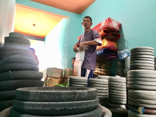 Produk cobek batu menjadi salah satu hasil produksi Mursid di Dusun RejosoDesa Junrejo Kecamatan Junrejo. (Foto: Irsya Richa/MalangTIMES)
