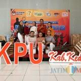 Ketua KPU Kabupaten Kediri (tengah)  bersama para pelajar. (eko Arif s /JatimTimes)