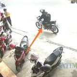 Pelaku (tanda panah) saat melintas di depan toko jilbab di sekitar lokasi (foto:  istimewa)
