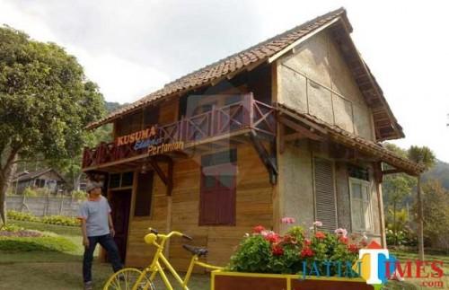 Salah satu fasilitas kolam renang dengan pemandangan gunung Arjuna dan Banyak di Jambuluwuk Batu Resort. (Foto: ist)