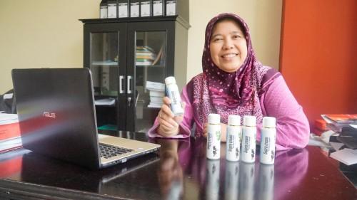 Prof. Dr. drh. Lili Zalizar, M.S. memegang produknya, Supra cream. (Foto: Aan/Humas)