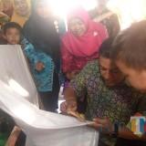 Wali Kota Kediri Abdullah Abu Bakar membatik di sehelai kain di SD Tamanan Kota Kediri. (Eko Arif S / JatimTIMES)
