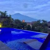 Fasilitas kolam renang dengan pemandangan Gunung Arjuna di The Singhasari. (Foto: Irsya Richa/MalangTIMES)