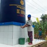 warga sedang mengambil air bersih di lokasi sumur bor bantuan kementerian ESDM