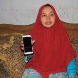 Niswatul Hasanah, ibu korban pencabulan menunjukkan surat laporan polisi di HP-nya (Agus Salam/ JatimTIMES)