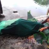 Mayat korban tenggelam Imo (26) setelah berhasil diangkat dari DAM Rowosumo (Foto : Moch. R. Abdul Fatah / Jatim TIMES)