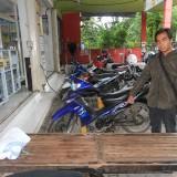 Di depan Indomaret inilah sepeda motor M Dayat, diparkir kemudian dicuri (Agus Salam/Jatim TIMES)