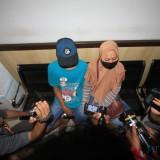 Korban bersama ibunya saat di mapolresta Probolinggo (Agus Salam/Jatim TIMES)