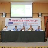 Dr. Abdul Aziz S.R. dosen ilmu politik UB (kiri)  dan Prof. Bagong Suyanto salah satu guru besar di unair Surabaya (dua dari kiri) saat diskusi buku di UB