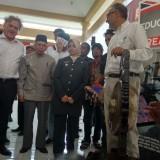 Bupati Kediri Hj Haryanti Sutrisno bersama kedutaan Besar Inggris (kanan) saat peluncuran TOT. (eko Arif s /JatimTimes)