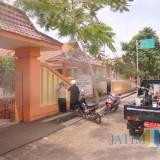 Alat ULV saat digunakan fogging di desa/kecamatan Campurdarat tadi siang (4/3/19) (foto : Joko Pramono/Jatim Times)