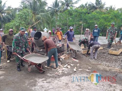 Gotong royong bangun masjid anggota Koramil Panggungrejo dan warga