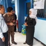 Gubernur Jatim Khofifah Indar Parawansa saat melakukan sidak di SMK Hang Tuah Surabaya.