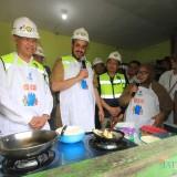 Wakil kepala SKK Migas Sukandar bersama wali kota Probolinggo Hadi Zainal Abidin saat mengetes Jargas di rumah warga  (Agus Salam/Jatim TIMES)
