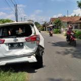 Mobil innova mengalami ringsek cukup parah akibat laka beruntun di Sambirobyong (Foto : Anang Basso/TulungagungTIMES)