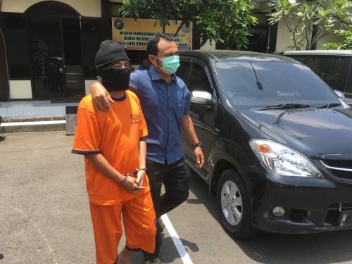 Mochammad Sholeh tersangka pengedar pil inex beserta sabu saat sesi rilis di Polres Malang, Kabupaten Malang (Foto : Ashaq Lupito / MalangTIMES)