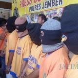 8 tersangka sepesialis pencuri sepeda rumahan yang berhasil diamankan Satreskrim Polres Jember (foto : Moh. Ali Makrus / Jatim TIMES)