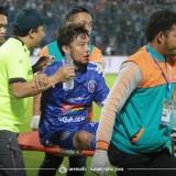 Hamka Hamzah ketika ditandu keluar lapangan usai terkena sikut pemain Barito Putera (official Arema FC)